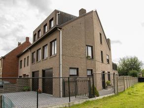 Ruime 3 slk woning op 235m² met dubbele garage.   Indeling : inkomhal met apart toilet en bureelruimte (8m²).  Verder op de verdieping ee