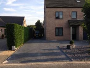 Mooi gelijkvloers appartement met tuin, rustig gelegen en toch vlakbij het centrum van Lommel. Het appartement beschikt over 3 slaapkamers, een ingeri