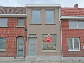 """Volledig gerenoveerde woning gelegen in het centrum van Beveren, vlakbij de markt, het zwembad """"S&R De Meerminnen"""" en diverse winkels. De woning v"""