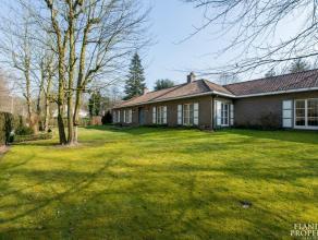 Ruime, perfect onderhouden villa op 3.304 m2 gelegen in Tillegembos. De woning biedt 3 slaapkamers, een polyvalente ruimte (mog. vrij beroep of extra