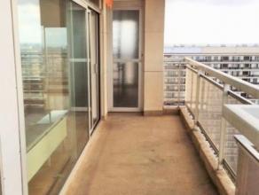 LAEKEN : Lumineux appartement de 90 m² avec vue panoramique situé au 16ème étage et comprenant: hall dentrée, s