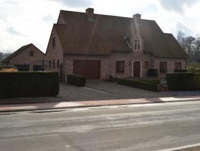 Algemeen:<br /> Deze prachtige villa met aparte garage en carport werd afgewerkt met zeer hoogwaardige materialen en is gelegen net buiten het centrum