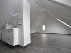 Volledig vernieuwde instapklare driegevelwoning in loftstijl : de ideale starterswoning of belegging voor verhuur. Gelijkvloers 54 m² met leefrui