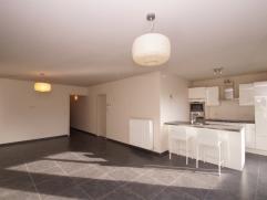 We vinden dit knappe appartement terug op de gelijkvloerse verdieping in de Winterstraat te Bilzen. Dankzij de centrale ligging zijn de E313 en het Bi