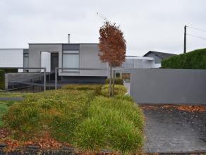 MODERNE VILLA MET 3 SLK. OP 08A 92CA ( NAASTLIGGENDE O.B. 04A 50CA OOK TE KOOP)   Deze gelijkvloerse villa werd oorspronkelijk gebouwd in 1967, maar