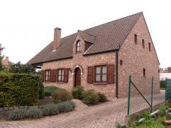 Gunstig gelegen en zeer goed onderhouden woning, met aangelegde tuin. Gelijkvloers wonen mogelijk.  Hierbij een zeer degelijke woning, gelegen aan d