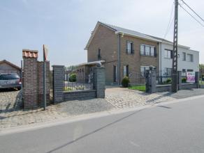 Half-open bebouwing gelegen nabij centrum Merchtem. De woning is perfect bewoonbaar, maar te moderniseren en biedt heel wat potentieel. Alsook is het