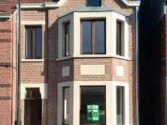 Deze woning heeft op het gelijkvloers een inkomhal, woonkamer, keuken, badkamer en veranda. Op de eerste verdieping 3 slaapkamers, een vaste trap naa