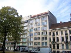 Uniek dakappartement van 218m² op de 7de verdieping, inclusief ruim terras met zicht over het Zuidpark. Totaal gerenoveerd met luxueuze materiale