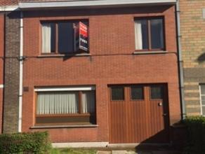 Licht te renoveren woonhuis in Sint-Amandsberg met 2 slaapkamers (mogelijkheid tot 4), garage, een voortuin (met eveneens plaats voor een wagen) en ee