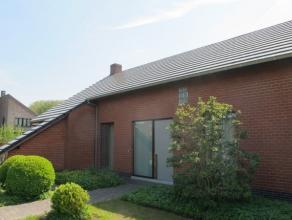 Het betreft een hedendaagse woning met 3 slaapkamers op een grondoppervlakte van 838m² met een mooi aangelegde zuidgerichte tuin. Dit in een kind