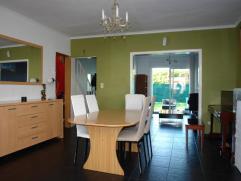 REZ: hall d'entrée, coin repas, cuisine hyper équipée avec coin bar comprenant four, taque, hotte, espace buanderie, salle de bai