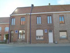 Op te frissen rijwoning in de dorpskern van Dikkebus, deze woning heeft een totale grondoppervlakte van 176 m² en bevat een garage. De woning bev