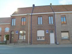 Op te frissen rijwoning in de dorpskern van Dikkebus, deze woning heeft een totale grondoppervlakte van 182 m² en bevat een garage. De woning bev