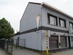 GROTE BAAN 385 (Houthalen-Helchteren):  Handelsruimte met boven gelegen woonst op een zeer goede locatie. Gelijkvloers: Handelsruimte met 2 parkeer