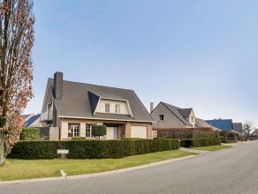 INSPAKLAAR EN ZONNIG LANDHUIS OP ZICHTLOCATIE! De woning omvat 150m² netto bewoonbare oppervlakte met 3 slpkmrs, een kelder en een zeer ruime inp