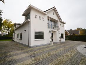 Deze villa omvat maar liefst 276m² netto bewoonbare oppervlakte met een enorme leefkamer (105m²), 3 ruime slpkmrs en inpandige garage (28m&s