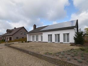 De woning omvat 132m² bewoonbare oppervlakte met een fijne leefruimte, tuinkamer, 3 slpkmrs en inpandige garage (27m²)!! De woning is gelege