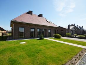 De woning omvat 184 m² bewoonbare oppervlakte met een riante leefruimte en 3 slaapkamers . De villa is gelegen op een perceel met een opp. van 7a