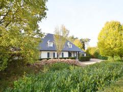 LUXUEUS LANDHUIS MET ZWEMBAD OP RIANT PERCEEL! De villa omvat maar liefst 319m² netto bewoonbare oppervlakte met 5 slpkmrs, dubbele inpandige gar