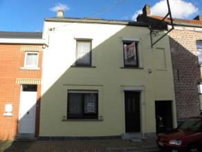 Située dans un environnement calme, sympathiqe maison villageoise 3 façades avec passage latéral, terrasse et jardin. 2 ch + dres