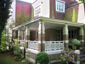 Deze authentieke instapklare villa ligt op wandelafstand van het centrum. Hij bestaat ruime woonruimtes, 5 slaapkamers, 2bdk,, kelder, overdekt terras