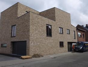 Deze ruime en architecturaal schitterende woning bevindt zich dicht bij het centrum van Kortrijk, alsook in de nabijheid van diverse invalswegen. De w