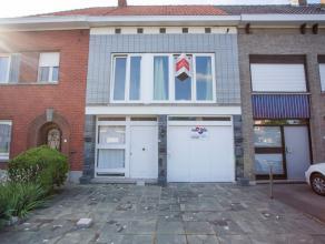 Rustige rijwoning te koop in Wevelgem. De woning is centraal gelegen en in de buurt van diverse invals- en autosnelwegen. De woning bestaat uit een ru