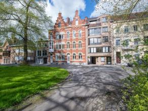 Deze charmante herenwoning met zijn prachtige voorgevel is gelegen in het centrum van Kortrijk. De woning is centraal gelegen zodat u alles binnen han