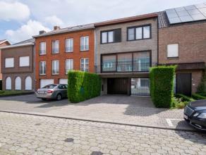 Rustig gelegen bel-étage te koop in Kortrijk. Deze woning is gelegen in de nabijheid van het centrum, alsook van diverse invalswegen. De gelijk