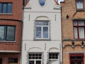 TE HUUR te Kortrijk, Fabriekskaai gelegen aan de Leie bestaande uit inkom, living, woonkeuken, ingerichte keuken met apparaten, apart toilet; 1ste ver