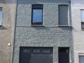 Mooie woning volledig gerenoveerd met alle moderne voorzieningen. bestaande uit inkom, grote garage met berging voor fietsen. op de eerste verdieping