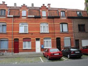 Een mooie woning gelegen te Kortrijk, Sint-Rochuslaan bestaande uit inkom, living van drie opeenvolgende plaatsen met veranda, keuken, badkamer en tui