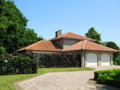 Deze mooie villa is perfect onderhouden, volledig instapklaar en zeer rustig gelegen maar toch dichtbij het centrum van Beveren. Via de inkomhal berei