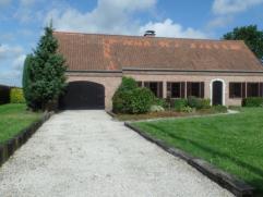 Instapklare, ruime villa met prachtig zicht en nabij het Brakelbos. Indeling: inkomhal, toilet, bureau, zonnige living met open haard, keuken, bijkeuk