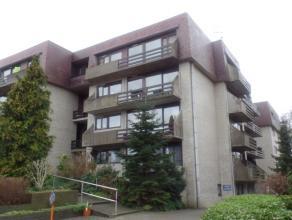 Gelegen in het centrum vinden we dit ruim appartement met 2 slaapkamers, terras, berging en private garage. Leefruimte met veel lichtinval, vernieuwde
