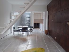Totaal gerenoveerde woning op 1.5 km van centrum Gent! Gelegen op een boogscheut van het centrum vinden we deze stijlvol gerenoveerde woning met koer