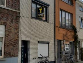 Totaalgerenoveerde woning met 4 slaapkamers op centrale doch rustige ligging. Topper! Op de grens met Ledeberg/Gentbrugge, op 1.5 km van centrum Gent.