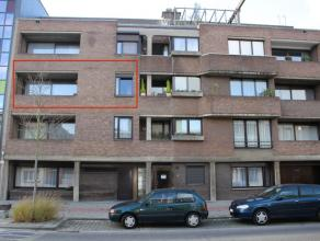 Verzorgd appartement op de 2de verdieping, gelegen nabij winkels, scholen en openbaar vervoer. Indeling als volgt; inkomhal, leefruimte met terras, be