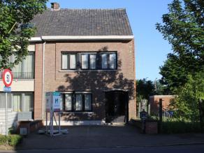 Te renoveren woning, momenteel ingedeeld als volgt: gelijkvloers moet inkomhal, ruime woonkamer en leefruimte met keuken. Berging met aansluiting voor