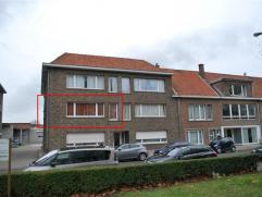 Leuk en ruim appartement op de eerste verdieping, vlakbij het station van Sint-Niklaas. Indeling: grote inkomhall, leefruimte (hoek) met zicht op park