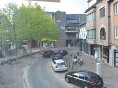 Ruim appartement op de eerste verdieping (met lift) aan de Houtbriel op wandelafstand van de Grote Markt, Stationsstraat, scholen,... Indeling: inkomh