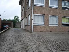 Gezellig gelijkvloers appartement gelegen vlabij Waasland Shoppingcenter en de oprit van de E17. Indeling: inkomhall, leefruimte, keuken, nachthall (m