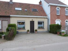 In het idyllische dorpje Vinderhoute nabij de oude Vlaanderen Molen bevindt zich deze knusse woning. De woning beschikt over een gezellige woonkamer v