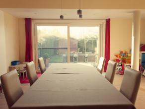 Prachtige instapklare woning gelegen in een rustige verkaveling, het onroerend goed beschikt over een aangename woonkamer voorzien van een ingebouwde