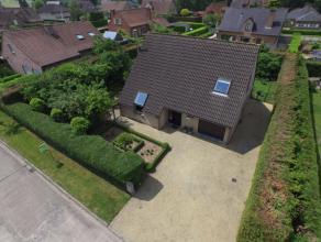 Deze lichtrijke villa is gelegen in de residentiële buurt van het Varensbos. De villa is ingebed in een Zuid - West georiënteerde volgroeide