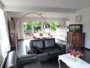 Deze lichtrijke villa is gelegen in een kindvriendelijke residentiële omgeving. De villa is ingebed in een Zuidwest georiënteerde volgroeide