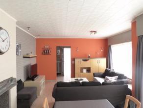 Deze bungalow is gelegen in de rustige buurt maar toch vlakbij het centrum van Waarschoot.,met volgende indeling: inkomruimte, lichtrijke woonkamer me
