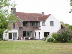 Deze charmante landelijke villa is gelegen in Drongen met een snelle verbinding naar R4 en N9. De woning heeft volgende indeling: ruime inkomruimte, b