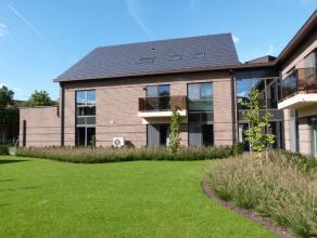 Luxueuze duplexappartement in een kleine aangename residentie nabij het centrum van Lovendegem. Het appartement beschikt over een adembenemende leefru